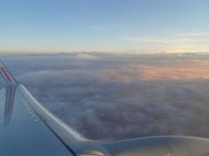 Soluppgång ovan molnen