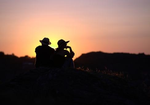 Hatt i solnedgång